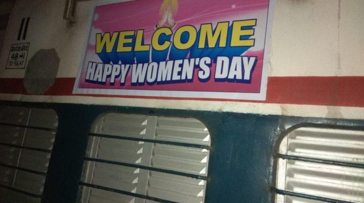 international womens day celebration panchavati express feminine women frames nashik, पंचवटी एक्सप्रेस मध्ये महिला दिनाचा उत्साह, कर्तुत्ववान महिलांची माहिती देणारे पोस्टर्स, nashik news online live web portal, instant local news, marathi batmya, मराठी बातम्या, nashikonweb,