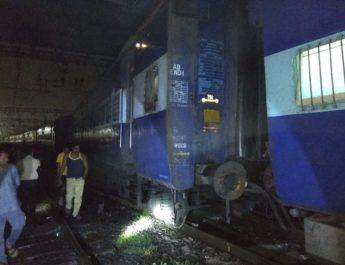 Hawrah mail derails igatpuri railway nashik mumbai trafffic affecred