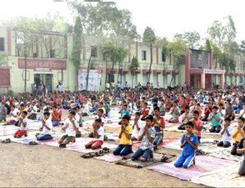 Fourth International yoga day 2018 celebration lasalgaon school nashik, जागतिक योग दिन नाशिक उत्साह लासलगाव लोकनेते दत्ताजी पाटील विद्यालय